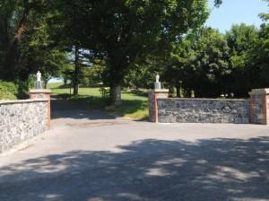 Ashgrove Cottage Entrance to Driveway